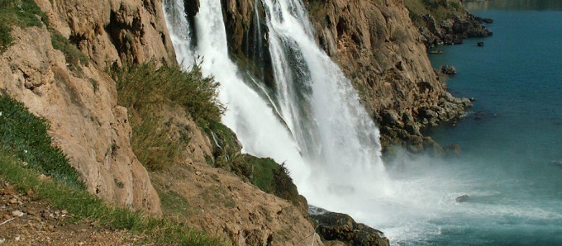 Underjordisk flod faller ut i Medelhavet i Antalya
